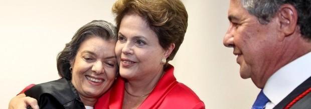 A ministra Carmen Lúcia é cumprimentada pela presidente Dilma, ao assumir a presidência do TSE em 2012