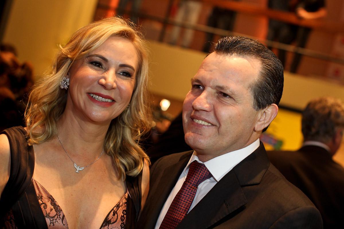 A primeira dama de Mato Grosso, Roseli Barbosa, estrela de campanha publicitária paga pelo governo de Silval Barbosa, que engordou a midia regional durante a época natalina - afrontando a legislação brasileira.