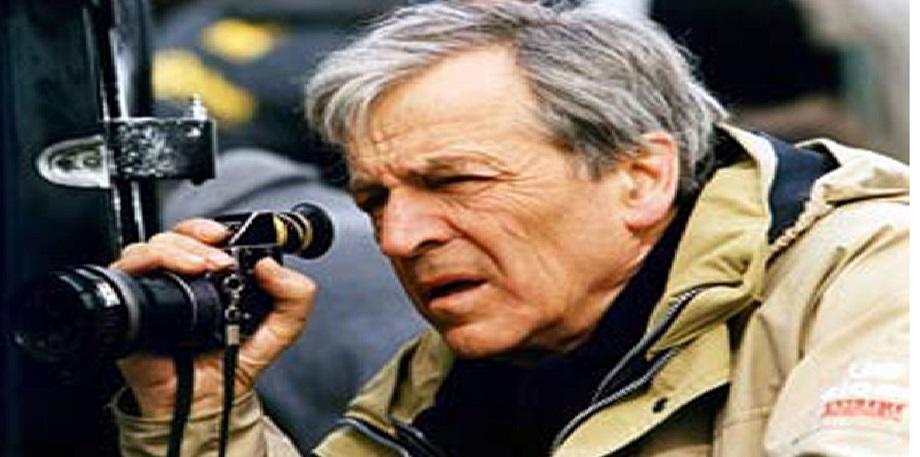 """Costa Gravas ganhou destaque no cenário internacional com o filme Z, de 1969, que denuncia abusos da ditadura militar na Grécia, nos anos 1960. O filme venceu o Oscar e o Globo de Ouro de melhor filme estrangeiro. Costa-Gavras é adepto de um cinema político, tendo feito muitos filmes sobre as ditaduras, também na América Latina, dentre os quais um dos seus mais famosos, Desaparecidos, Um Grande Mistério (Missing), de 1982, que aborda a ditadura de Pinochet no Chile. No final dos anos 80 o cineasta mudou-se para os Estados Unidos após o criticado Um Homem, Uma Mulher, Uma Noite, de 1979. Seu penúltimo filme, """"Amém"""", de 2002, criou polêmica ao retratar a relação da Igreja Católica com o Nazismo. Seu filme, de 2005, """"O Corte"""", tem como temática o desemprego e a concorrência no mercado de trabalho. Sua filha, Julie Gavras, é também cineasta."""