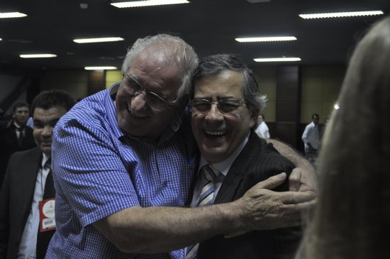 """Paulo Henrique Amorim, que é um dos """"blogueiros sujos"""" mais aplaudidos do Brasil, sendo festejado pelo empresário dos combustíveis Aldo Locatelli, durante palestra em Cuiabá"""