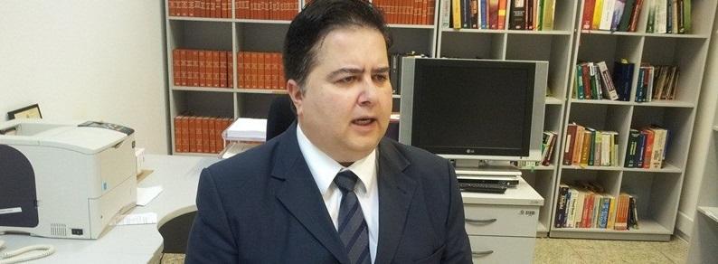 Roberto Seror é um juiz que pontifica em decisões polêmicas. Foi dele a decisão que favoreceu a promoção de Eumar Novack como oficial da PMMT