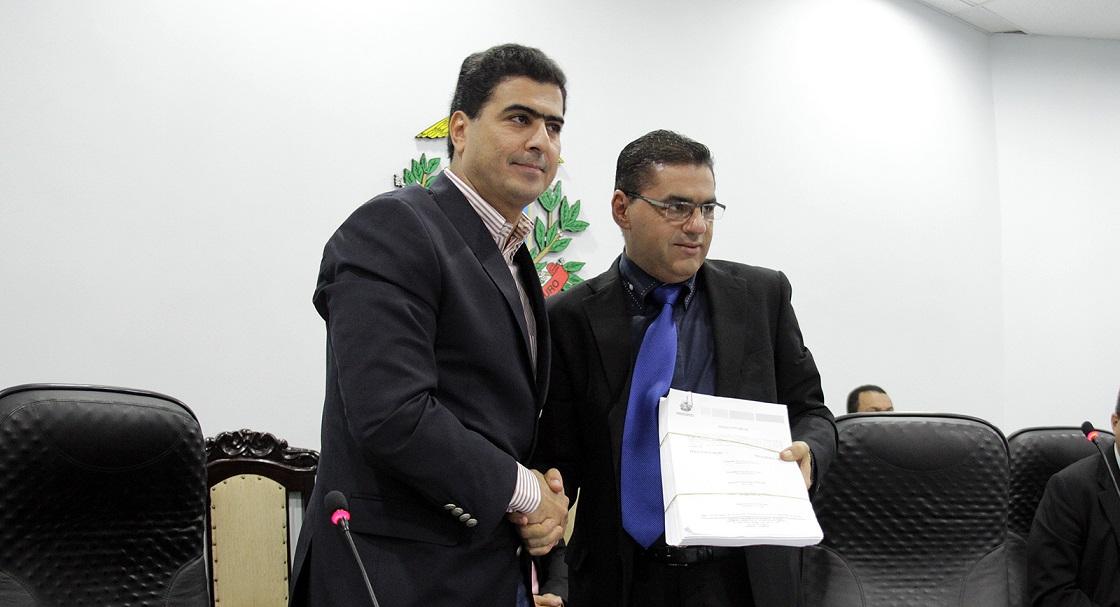 Emanuel Pinheiro e Walter Rabello fazem pose, na cerimônia de entrega do relatório final da CPI do MT Saúde