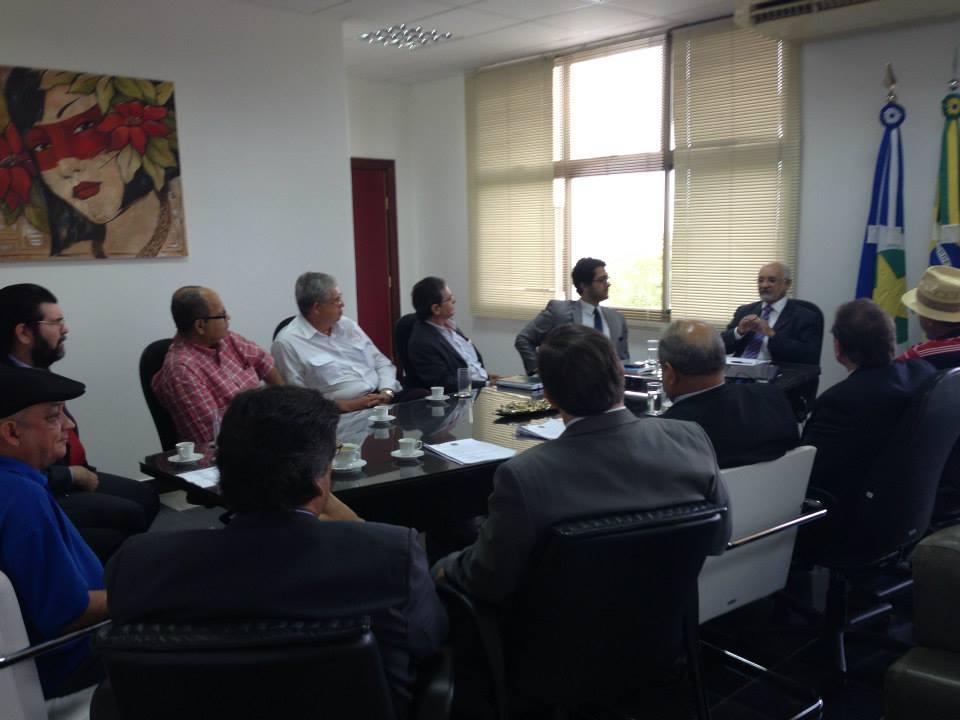 O presidente do TRE, desembargador Juvenal Pereira fez as honras da casa, reunindo os membros titulares do TRE-MT para o encontro com a Ong Moral e o MCCE-MT