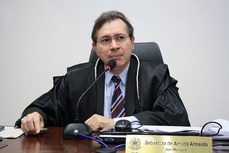 """Muito emocionado, o juiz Sebastião de Arruda agradeceu a todas as homenagens recebidas e se disse surpreso, principalmente por aquelas prestadas pelos advogados. """"Não imaginava a repercussão do meu trabalho perante a comunidade da advocacia. Renderam-me homenagens advogados que mais sofreram na minha mão sobre os aspectos das decisões judiciais"""