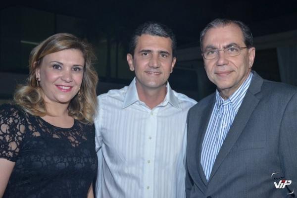 A sra Ivana Fares, com seu marido, o médico Kamil Fares, em evento social, ao lado de Eduardo de Carvalho, do Programa Vip