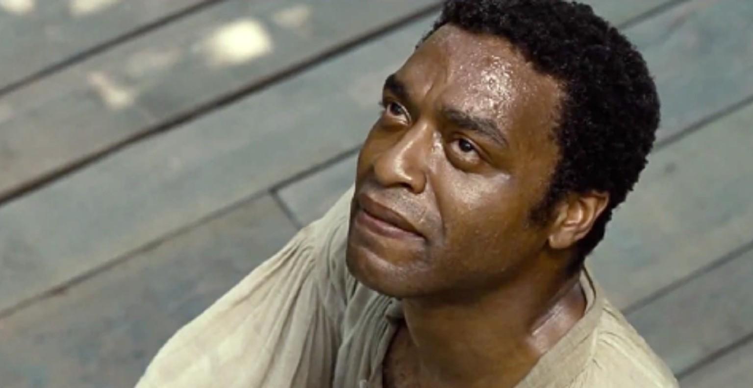 """""""12 Anos de Escravidão"""" acompanha a trajetória de Solomon Northup (Chiwetel Ejiofor, excepcional), cidadão livre do norte dos EUA que é sequestrado e vendido como escravo no século 19. Como protagonista do filme, Chiwetel Ejiofor foi indicado ao Oscar de Melhor Ator neste ano de 2014"""