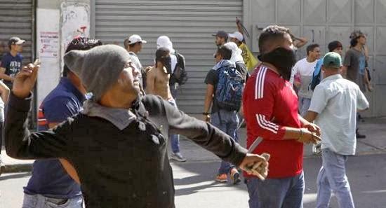 Venezuela-manifestantes anti-governo-atiram-pedras