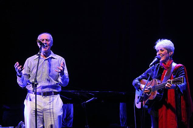 """Com Joan Baez, Eduardo Suplicy cantou a sua já conhecida versão de """"Blowing in the Wind"""", de Bob Dylan"""