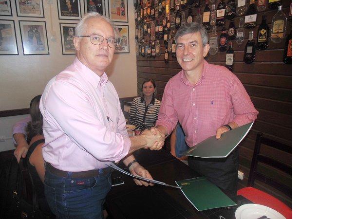 O médico e professor Dráuzio Varela, pela Univag e o presidente do Sicredi em Mato Grosso,  João Carlos Spenthof, assinam o termo de cooperação