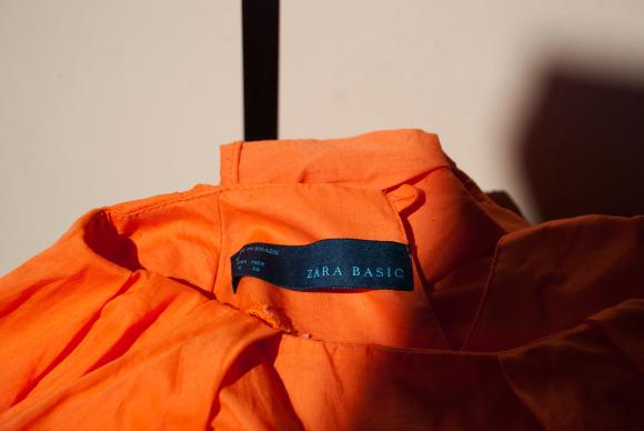 Blusa da Zara produzida com trabalho escravo. Fotos: Bianca Pyl