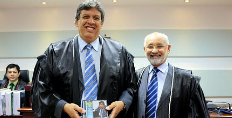 O juiz Francisco Ferreira Mendes, com o desembargador Juvenal Pereira, no Tribunal Regional Eleitoral de Mato Grosso