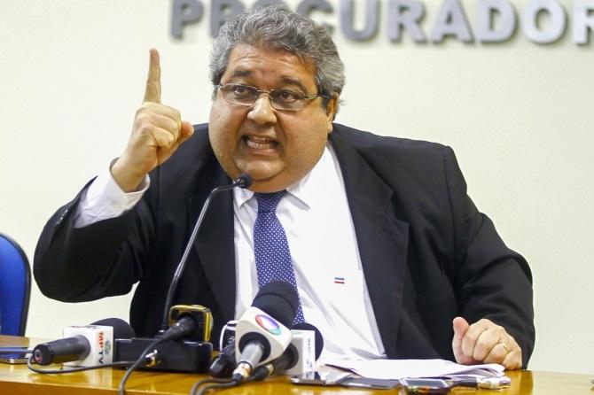 Pressionado pelo noticiário que expõe o Ministério Público, o procurador Paulo Prado demonstrou seu estresse e teve um ataque de nervos diante da platéia de jornalistas. Fotos Midia News