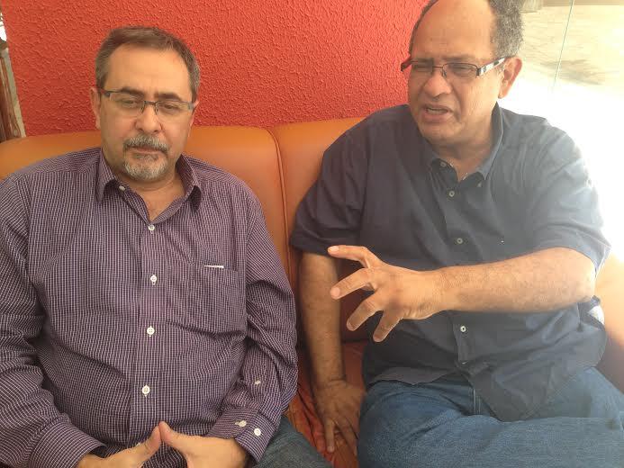 Alberto Cantalice conversa com Enock Cavalcanti, em Cuiabá. Foto de Hegla Oleiniczak, da PAGINA DO E