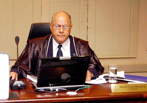 Pedido de vista do juiz eleitoral Samuel Franco - que também é da cota da OAB - garantiu sobrevida ao mandato de Júlio Campos, no longo e arrastado processo da Justiça Eleitoral que, depois de 4 anos, pode cassar o mandato do cacique do DEM poucos meses antes do seu término.