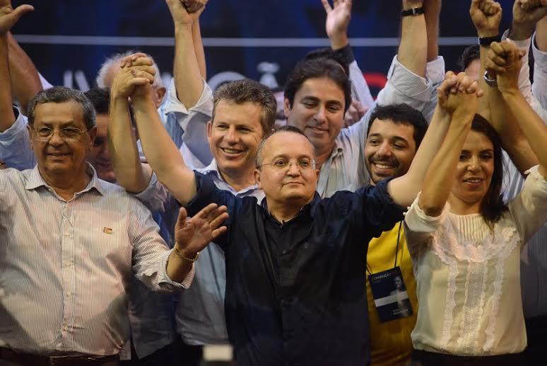 A mudança, anunciada por Pedro Taques, e corporificada em velhos políticos como Jayme Campos, aparece no palanque com uma cara lastimável. Foto José Medeiros