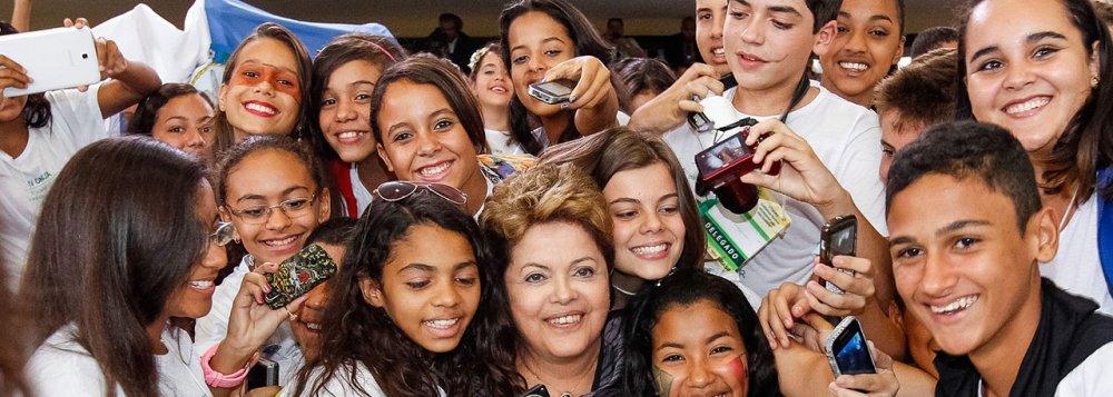 Numa eleição que não provocava grande entusiasmo, Marina surgiu como um fato novo. Colocou fogo numa disputa morna. Trouxe imprevisibilidade a uma competição tediosamente previsível.Para reverter a Marinamania, Dilma terá que mostrar que é ela, e não Marina, quem poderá fazer, na verdade, a modernização política pela qual anseia a sociedade.