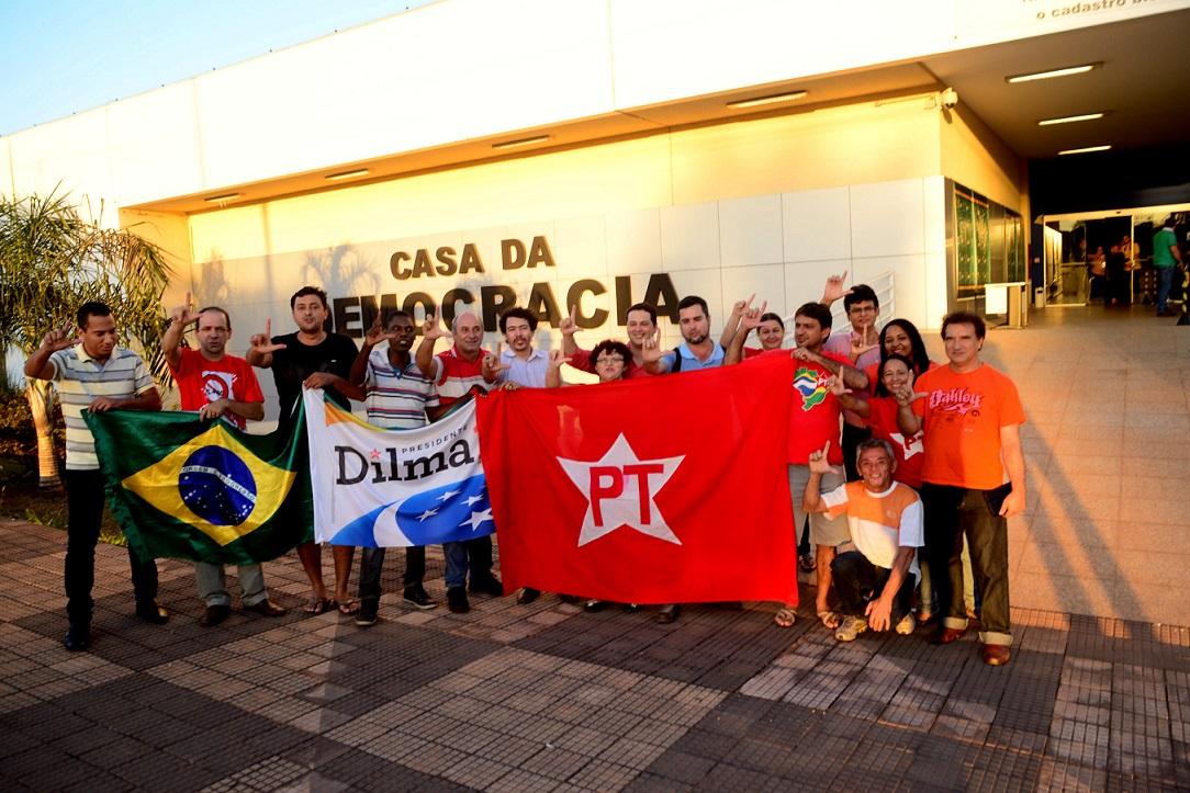 Um grupo de militantes do PT foi até à sede do TRE para acompanhar registro da candidatura de Lúdio Cabral e do programa de governo na coligação que ele encabeça