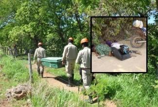 Polícia técnica recolhe corpos dos trabalhadores, Josias Paulino de Castro e de sua esposa, Ireni da Silva Castro, ele presidente da Associação de Produtores Rurais Nova União. Os dois foram assassinados em 16.8.2014 no Distrito de Guariba, Colniza-MT