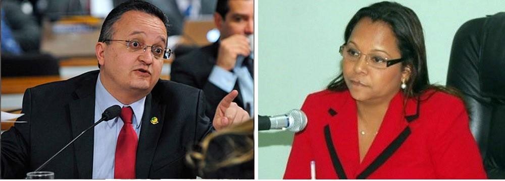 """O senador Pedro Taques, que se apresenta como """"defensor da Constituição"""" mas que, contraditoriamente, acaba de ser favorecido por decisão da juíza eleitoral, Ana Cristina Mendes que afronta determinação da Constituição que veda a censura prévia."""