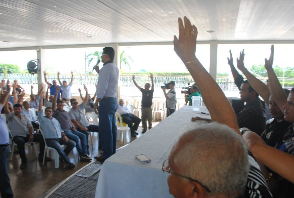 Sob comando do sindicalista Cledison Gonçalves, os policiais, reunidos em assembleia na sede do Siagespoc. A decisão pelo indicativo de greve, com uma semana de prazo para negociação  com o governo, foi unânime