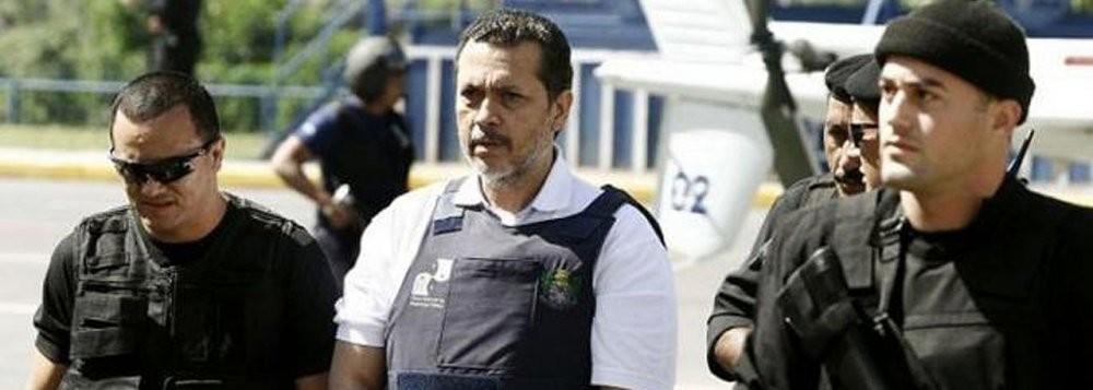 """Em 2014, Arcanjo foi condenado a 19 anos de prisão pelo assassinato do empresário Sávio Brandão, morto a tiros em 2002 ao sair do seu jornal, """"Folha do Estado"""", (de Cuiabá), que vinha publicando reportagens com denúncias sobre seus negócios."""