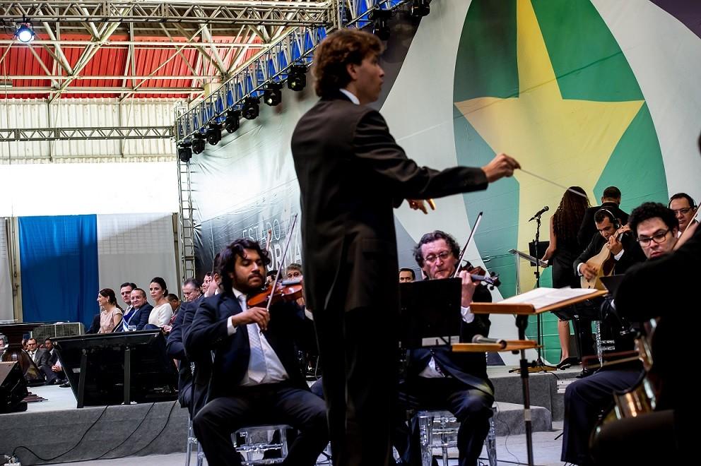 Começou bem o maestro Leandro Carvalho, novo secretário de Cultura, brilhando à frente da Orquestra de Mato Grosso, na cerimônia de posse