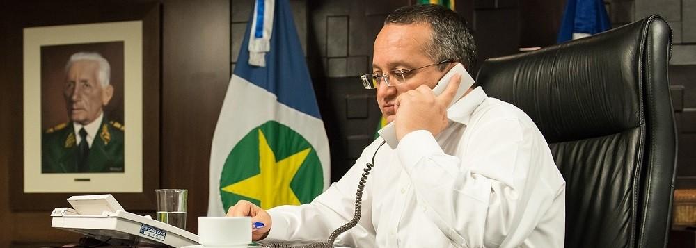 Pedro Taques, exercendo seu poder, alheio aos partidos, no gabinete do Paiaguás, à sombra da imagem de Rondon. Foto de José Medeiros