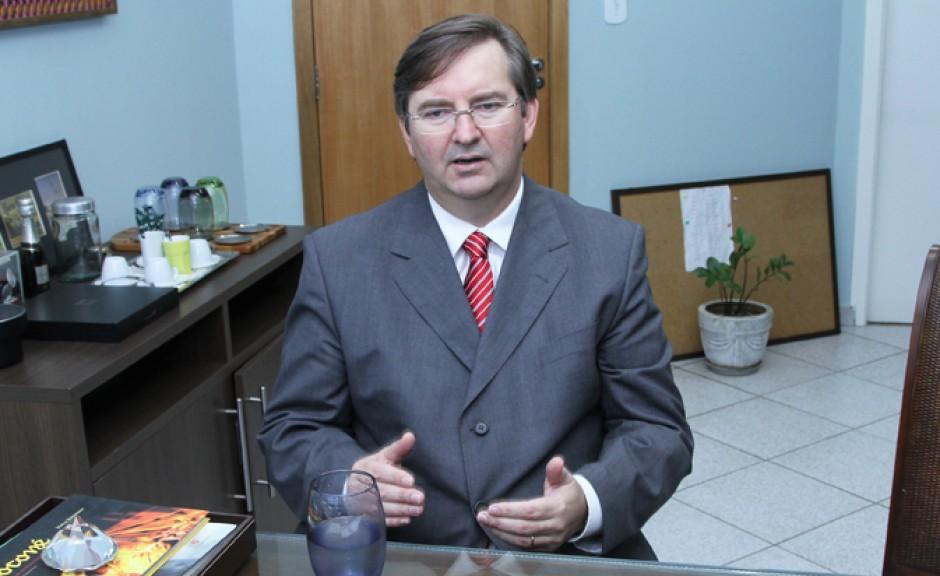 JOSÉ LUÍS BLASZAK, Advogado e Professor de Direito Administrativo e Direito Eleitoral, Ex-Juiz Membro do TRE/M, é membro da Academia Mato-grossense de Direito Constitucional
