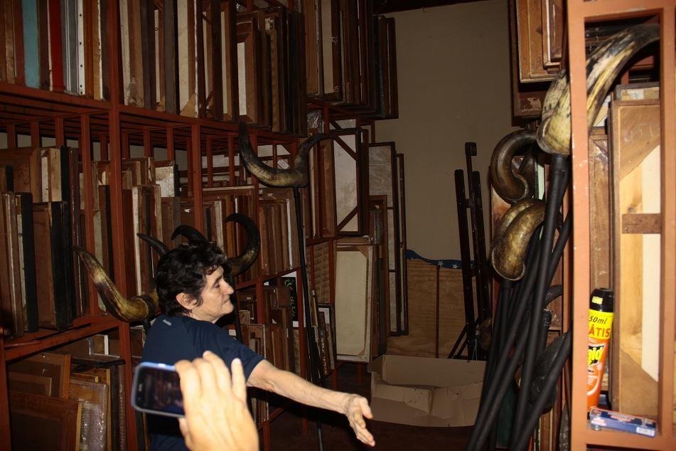 """A pinacoteca que Aline mantém em sua casa não tem uma única peça que não tenha sido comprada. """"Não aceito ganhar, o artista tem que sobreviver"""", defende, contrariando alguns espertalhões da mídia."""