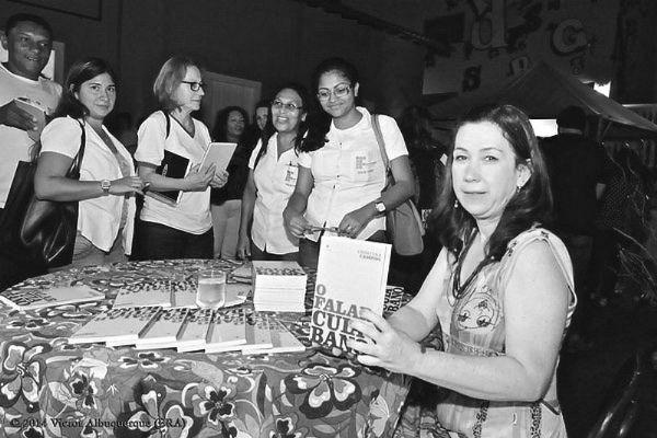 """Cristina Campos no lançamento de seu livro """"O Falar Cuiabano"""""""
