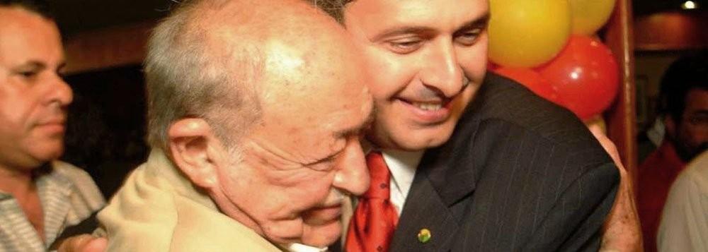 """Miguel Arraes e Eduardo Campos. Depois da morte de Eduardo, o PSB vira as costas, cada vez mais, ao legado histórico do partido do seu avô e mentor político.  Recorde-se que, com a deflagração do golpe militar de 1964, tropas do IV Exército cercaram o Palácio das Princesas (sede do governo estadual de Pernambuco). Foi proposto a Miguel Arraes que renunciasse ao cargo para evitar a prisão, o que prontamente recusou para, em suas palavras, """"não trair a vontade dos que o elegeram"""". Em consequência, foi preso na tarde do dia 1º de abril. Deposto, foi encarcerado em uma pequena cela do 14º Regimento de Infantaria do Recife, sendo posteriormente levado para a ilha de Fernando de Noronha, onde permaneceu por onze meses. Posteriormente, foi encaminhado para as prisões da Companhia da Guarda e do Corpo de Bombeiros, no Recife, e da Fortaleza de Santa Cruz, no Rio de Janeiro. Seu pedido de habeas corpus (HC) no Supremo Tribunal Federal foi protocolado em 19 de abril, sob o número 42.108. Foi concedido, por unanimidade, fundamentado em questões processuais (foro privativo de governadores e necessidade de autorização da Assembleia Legislativa). A exceção foi o voto do ministro Luís Galloti, que concedeu o HC em função do flagrante excesso de prazo da prisão. O então procurador-geral da República, Oswaldo Trigueiro, opinou pela manutenção de sua prisão. Libertado em 25 de maio de 1965, exilou-se na Argélia.Em 1979, com a anistia, volta ao Brasil e à política. Cerca de 50 mil pessoas estiveram presentes no bairro de Santo Amaro para o comício de boas-vindas 2 . É recepcionado por várias lideranças de esquerda que permaneceram no Brasil. Elegeu-se deputado federal em 1982, pelo PMDB. Em 1986 vence as eleições para governador de Pernambuco, ainda pelo PMDB, derrotando o candidato do PFL e do governo, José Múcio Monteiro. Seu governo foi caracterizado por programas voltados ao pequeno agricultor, como o Vaca na corda, que financiava a compra de uma vaca e o Chapéu de palha, que empr"""