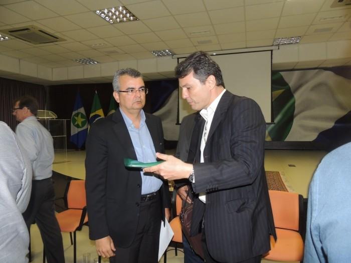 Oscarlino Alves, em 15 de maio, com o secretário da Casa Civil, Paulo Taques