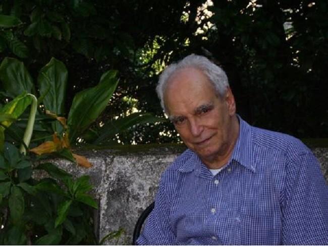 """Wlademir Dias Pino, nascido no Rio de Janeiro em 1927 e tendo residido por um longo período em Cuiabá, é um poeta visual que participou da I Exposição Nacional de Arte Concreta, em 1956, tendo sido, ainda, um dos fundadores do poema/processo em 1967 e o primeiro autor a elaborar o conceito de """"livro-poema"""", com o poema A Ave considerado por Moacy Cirne e Álvaro de Sá o primeiro exemplo/exemplar conhecido deste tipo de poema.  Antonio Houaiss o considerou """"um dos mais perspicazes pesquisadores visuais no Brasil"""""""
