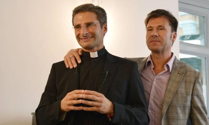 Padre Krisztof Charamsa com seu namorado, desafiando a repressão da Igreja para demonstrar sua solidariedade aos que ainda se angustiam, se mantendo no armário e reprimindo a sua natural homossexualidade