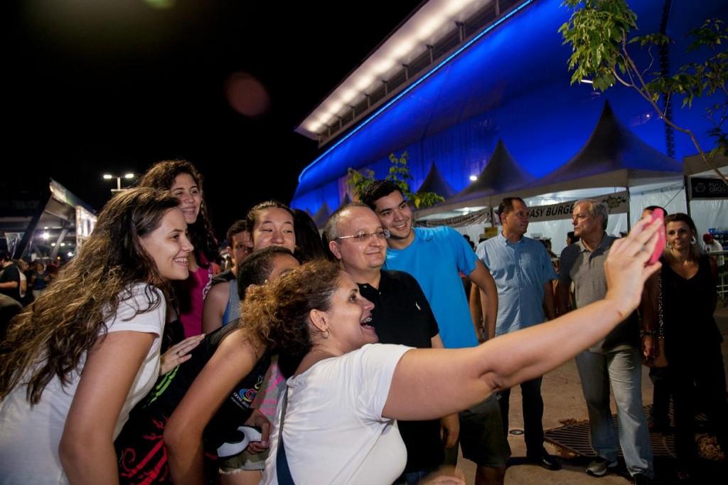 3 O governador Pedro Taques paparicado pela multidão que frequenta a Arena Pantanal. Ele tem sido sábio em movimentar o importante espaço que ficou como legado das administrações de Maggi e  Silval. Foto Mayke Toscano GC Com