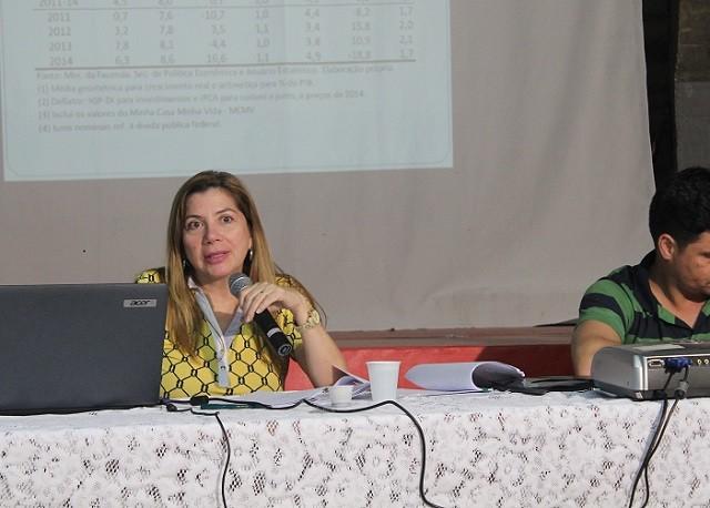 A professora Denise Gentil durante palestra que fez na sede da Adufmat, em Cuiabá, Mato Grosso