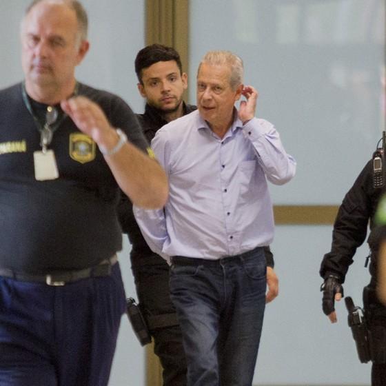 Zé Dirceu chega para depor, na Justiça Federal, em Curitiba